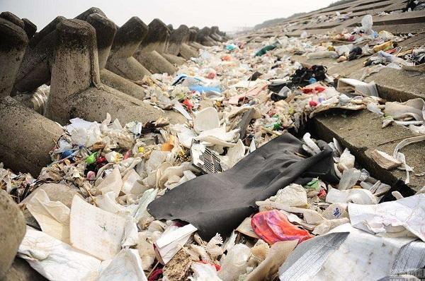 3万吨垃圾倾倒入长江有害物质超标3万倍水污染严重